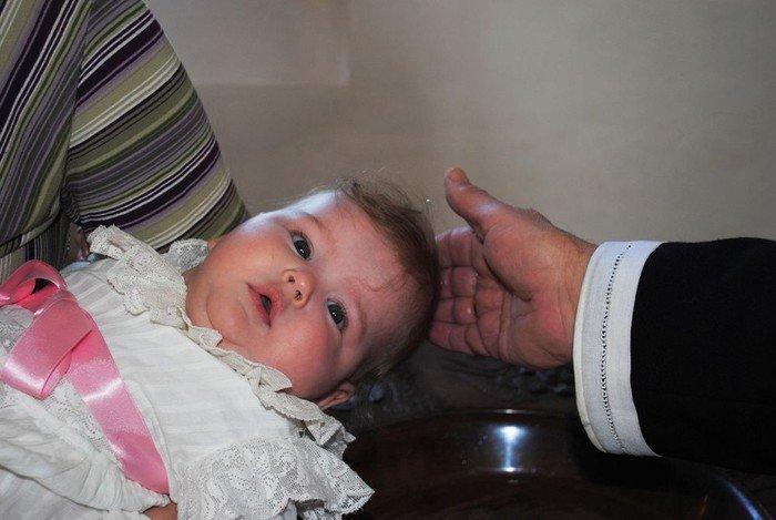 Et lille barn er ved at blive døbt