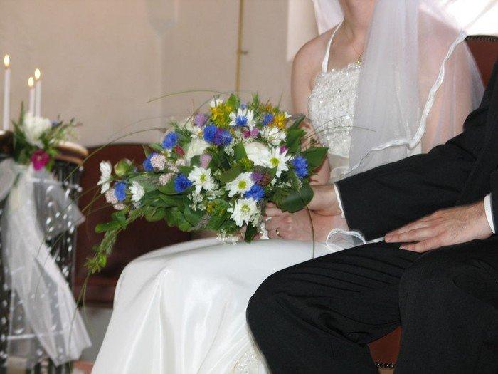 Brudepar efter vielsen sidder ved siden af hinanden