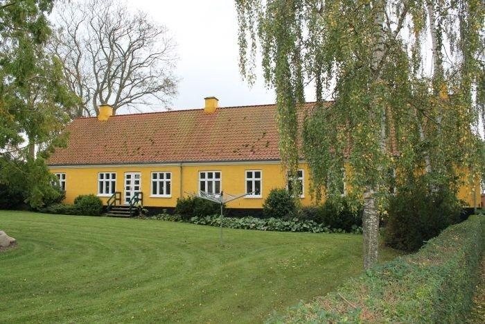 Udover selve kirken findes der på kirkens grund Den Gl. Skole