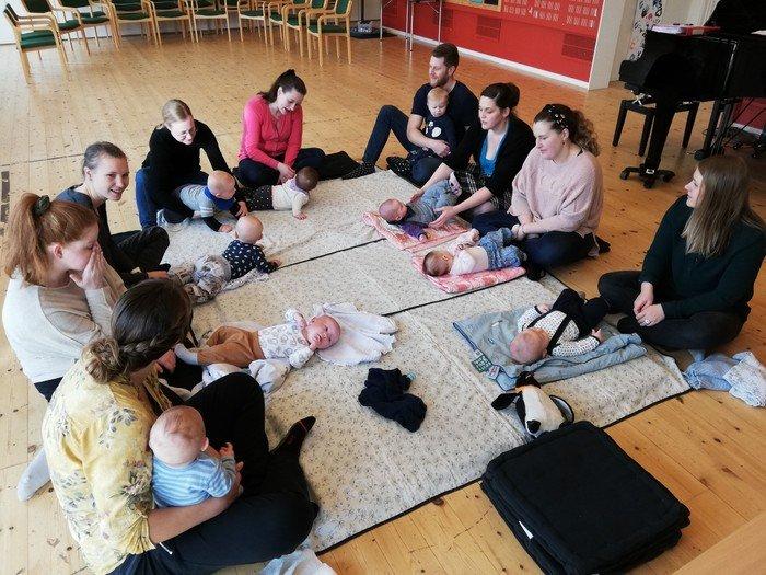 Se her hvad vi laver til babysalmesang