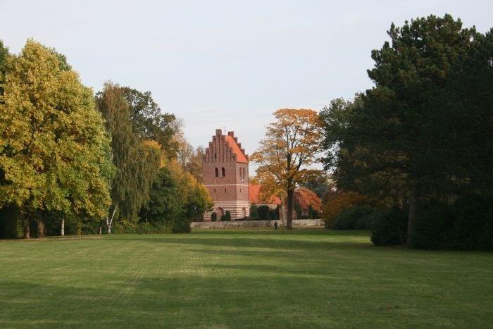 Gladsaxe kirke med stor græsplæne