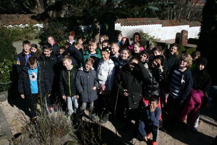 børn på besøg på kirkegården