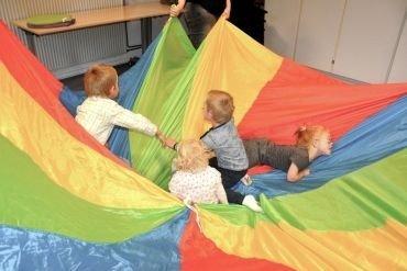 børn leger i faldskærm
