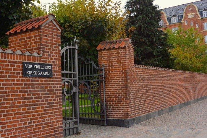 Foto af hovedindgangen til Vor Frelsers Kirkegård