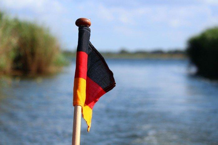 Det tyske flag på en sejlbåd