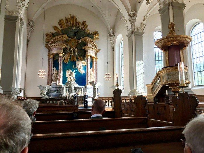 Foto af kirkerummet til en gudstjeneste