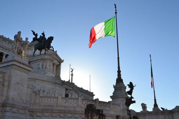 Det italienske flag foran monumentet for Vittorio Emanuele II