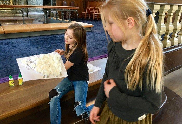Minikonfirmander laver kreating i kirken