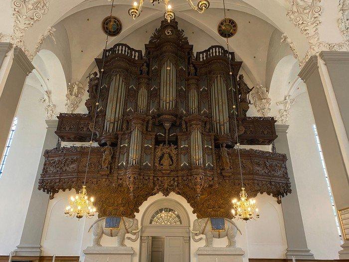 Foto af hele orglets store facade