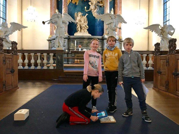 Børn på skattejagt i kirken