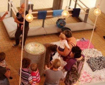 Børn og voksne til babysalmesang i kirkerummet