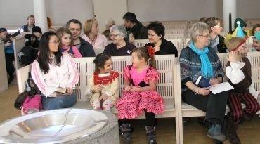 Børn og voksne i kirkerummet