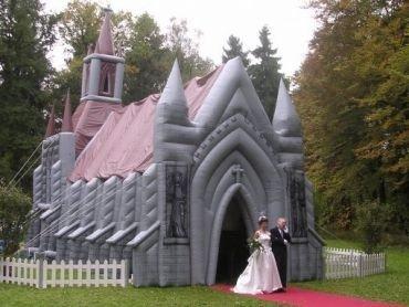 Oppustelig kirke på græsplæne