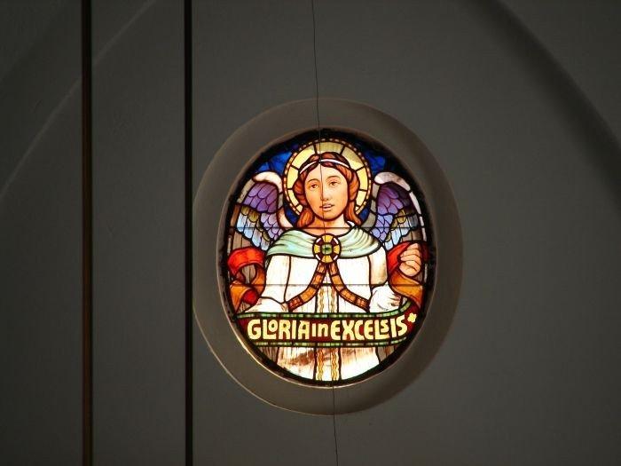 Kirkens glasmosaikvindue af engel