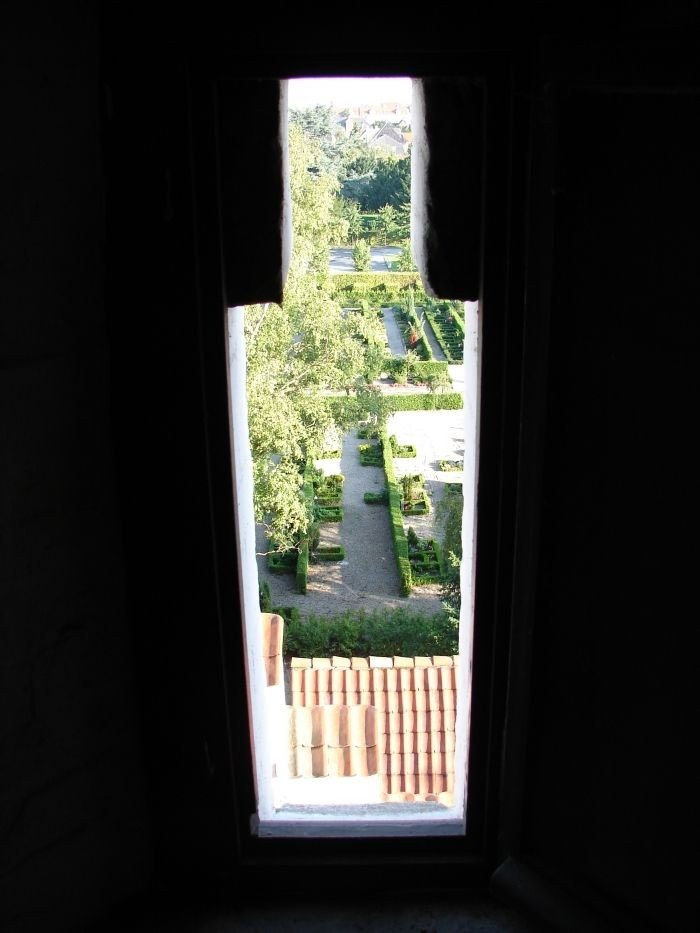 Kig ud gennem murhul i kirkens tårn