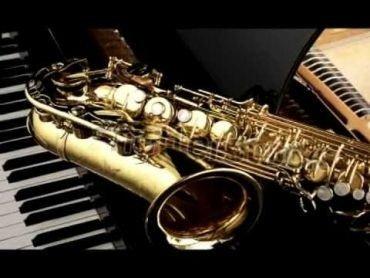 Saxofon ovenpå klaver