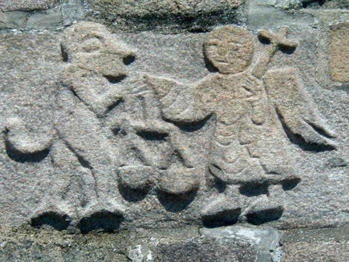 Stenrelief - Djævelen og ærkeenglen Michael