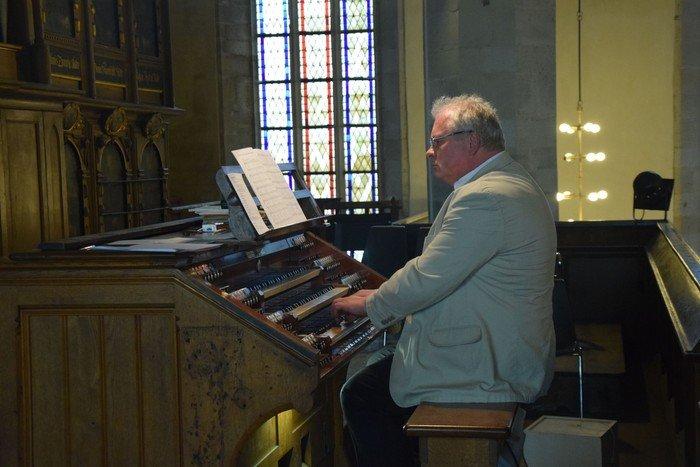 Kantor Werner Jankowski begleitet den Gemeindegesang