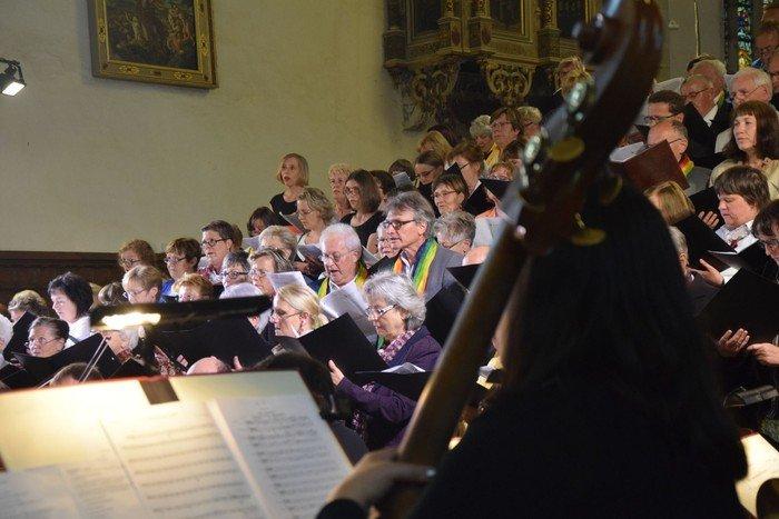 Chor und Orchester bringen den Raum ins Schwingen