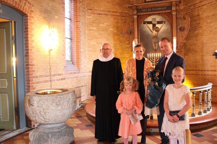 Jeppe Lindegaard Børgesen med familie og præst