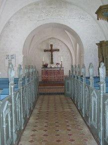 Det gamle korbuekrucifiks og antependium på nye pladser