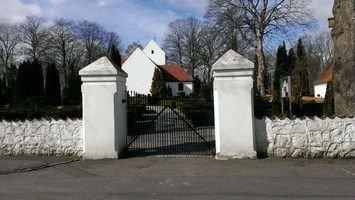 Indgang til kirke og kirkegård