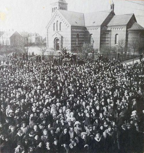 Esbjergenserne samler sig foran deres nye kirke; her efter ombygningen i 1896