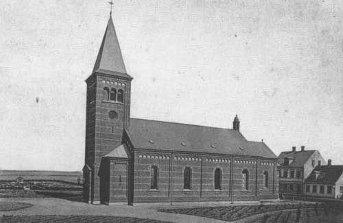 Kirken som den så ud før ombygningen i 1896. Foto er fra 1887.