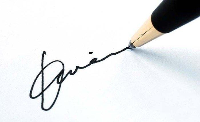 Kuglepen som underskriver et dokument med en fiktiv underskrift