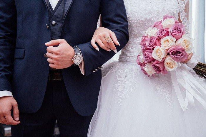 Brudegom og brud arm i arm