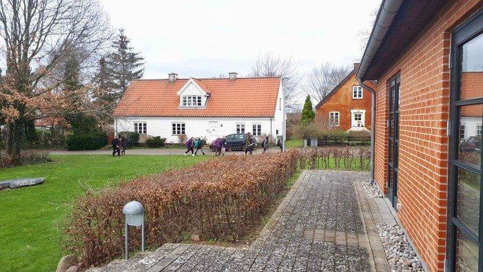 Børnene hentes på Sankt Helene Skoles afdeling Vejby, når de får fri kl.13:30 og vi følges til Sognegården. Omkring kl.16 siger vi tak for i dag.