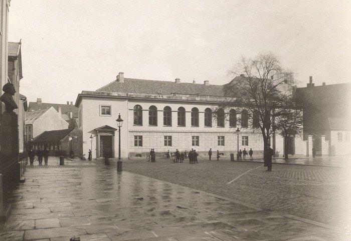 Metropolitanskolen set fra Frue Plads ca. 1905. Foto: Johannes Hauerslev. www.kbhbilleder.dk