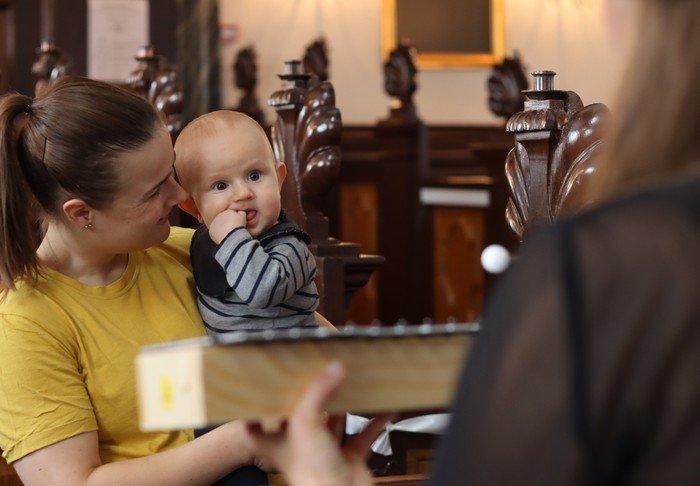 Mor og baby ser på musikinstrument