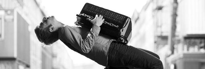 Mand der spiller på hamonika
