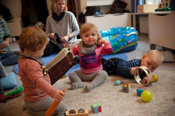 børn leger på gulvet i legestuen
