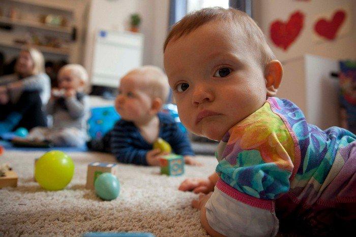 Børn på gulvet i legestuen