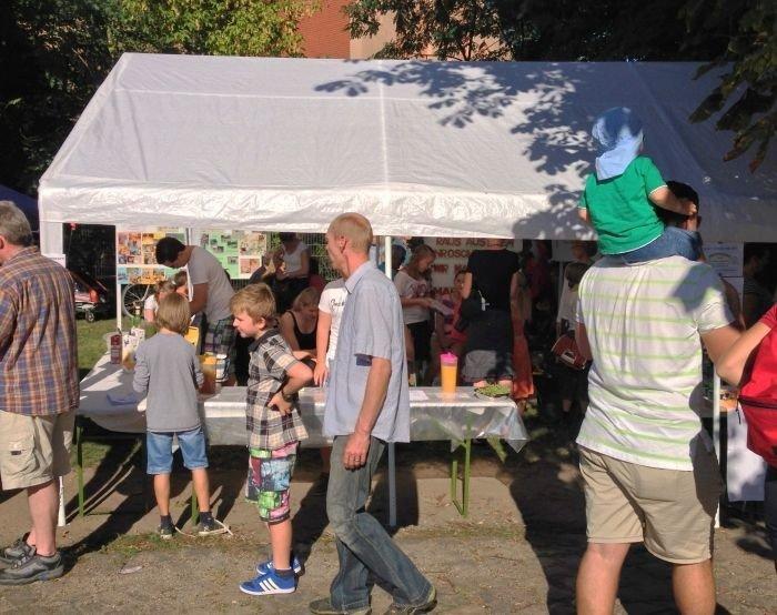 Die junge Gemeinde verkauft Getränke auf dem Falkenseer Stadtfest 2013.