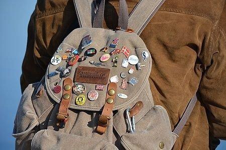 Billede af rygsæk med mange mærker og badges.