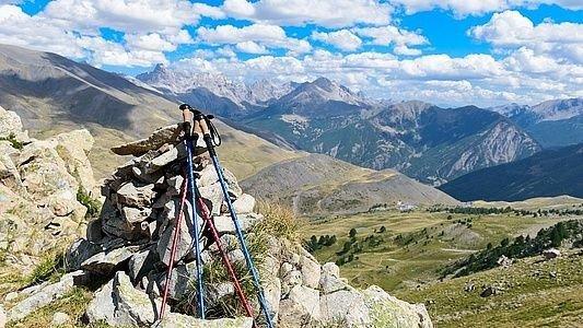 Bjerglandskab. Op af nogle stene står nogle stavgænger-stave.