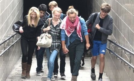 Billede af unge mennesker på vej op af en trappe.