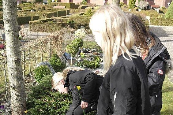 Minikonfirmander på kirkegården.