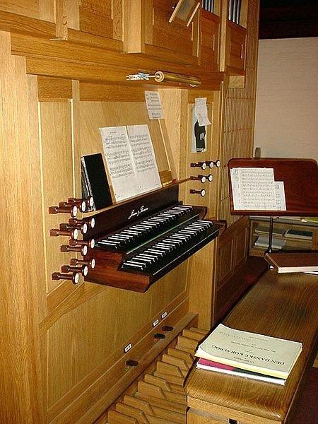 Orglets tangenter og bænk.