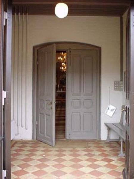 Billede taget af døren fra våbenhuset ind i kirken.