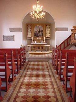 Billede af døbefonten, alteret, prædikestolen og lysekronerne.