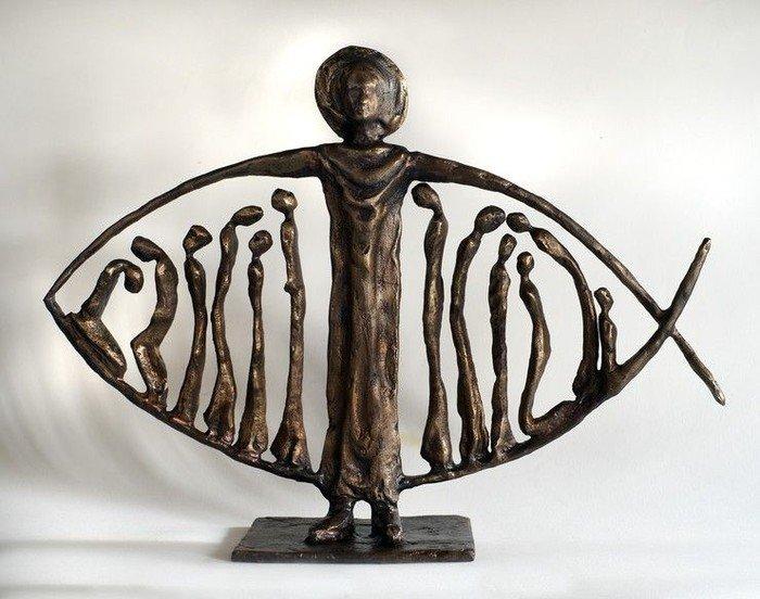 Billede af bronzefisk af den syriske kunstner Issa Kazah