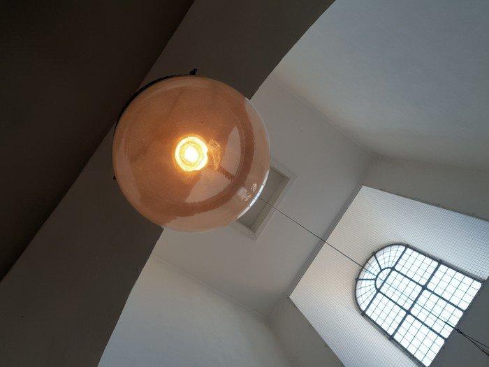 Lampe og vindue i våbenhuset
