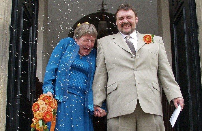 brudepar forlader kirken