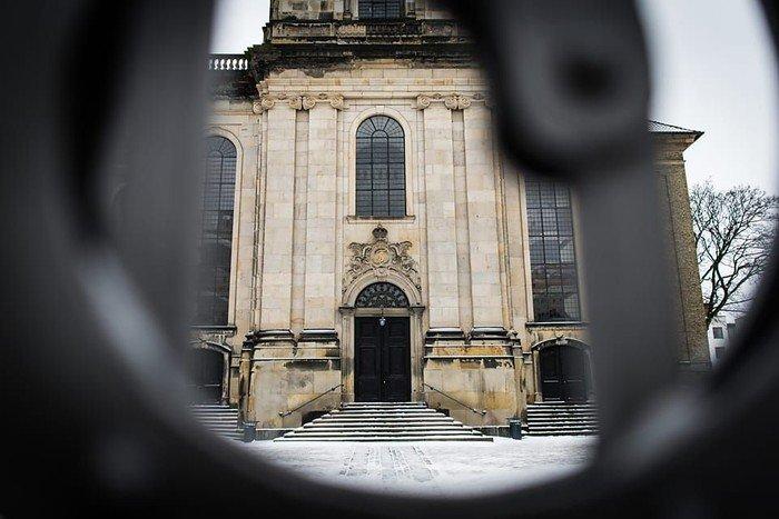 Christians Kirke set gennem porten
