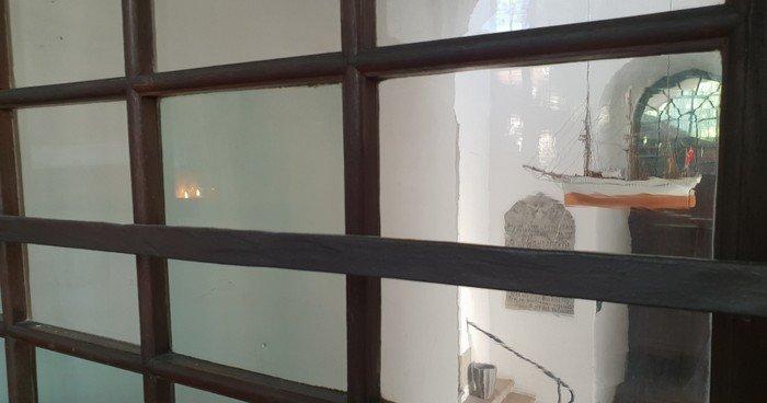 Kirkeskibet set gennem vinduesrude