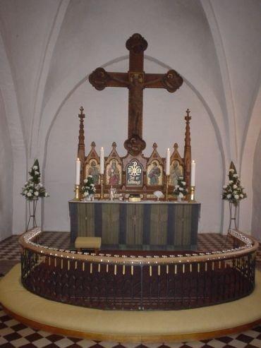 Rise Kirkes kor med altertavle